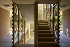 Les escaliers permettant d'accéder aux étages sont protégés par des pans en lamelles horizontales. ((Photo: Christof Weber))