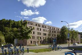 L'immeuble résidentiel présente une importante longueur de façade. ((Photo: Christof Weber))