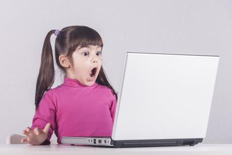 Prédateurs, contenus inadaptés, menaces diverses et variées: internet n'est pas le pays des Bisounours, et les parents doivent apprendre à l'apprendre à leurs enfants. (Photo: Shutterstock)