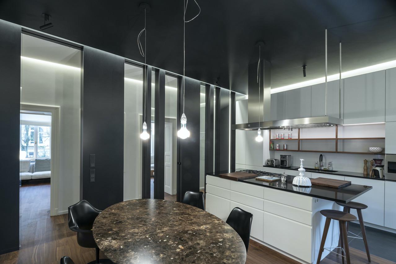Une nouvelle cloison sépare le couloir de la cuisine, qui a aussi été refaite. (Photo: Eric Chenal)