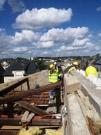 Il a fallu sécuriser les maisons fragilisées par la tornade avant de les couvrir. ((Photo: Bonaria Frères))