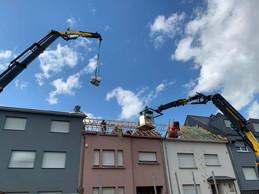 Quinze ouvriers de Den Daachdecker et Toiture Moderne ont travaillé samedi et dimanche, 12 heures par jour, afin de protéger six maisons privées de charpente. ((Photo: Den Daachdecker))