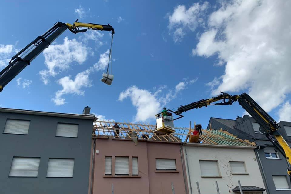 Le CGDIS a organisé le déblaiement des gravats et la stabilisation des édifices avant de faire venir des couvreurs. Ici, Den Daachdecker et Toiture Moderne. (Photo: Den Daachdecker)