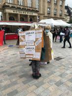 Les passants sont invités à signer une pétition en faveur de la colocation. ((Photo: Paperjam.lu))