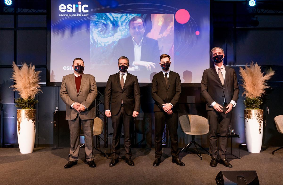 De gauche à droite: Jacques Lanners (président du conseil d'administration du List), Claude Meisch (ministre de l'Enseignement supérieur et de la Recherche), Franz Fayot (ministre de l'Économie) et Thomas Kallstenius (CEO du List). Ainsi queJan Wörner, directeur général de l'ESA, en visioconférence. (Photo:MECO).