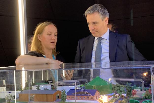 Le ministre de l'Enseignement supérieur et de la Recherche, Claude Meisch, a fait le tour des 20 stands de démonstration des technologies développées au List, de l'environnement à la smart city en passant par l'industrie. (Photo: Paperjam)