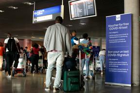 Masqués et à distance, les passagers attendent leurs bagages. ((Photo: Matic Zorman / Maison Moderne))