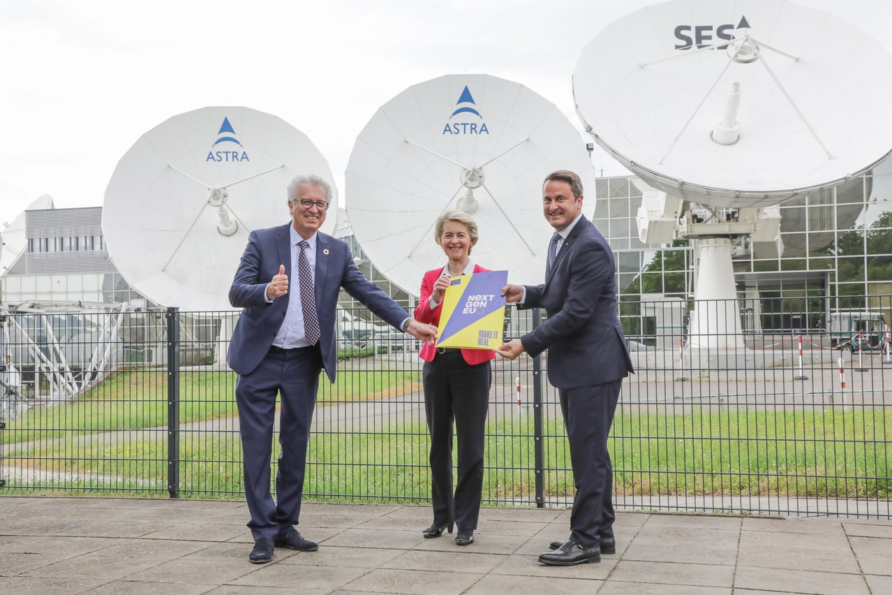Finance minister Pierre Gramegna, EU Commission president Ursula von der Leyen and prime minister Xavier Bettel (l.t.r.) holding a copy of Luxembourg's NextGenerationEU plan at the SES headquarters in Betzdorf during a visit in June SIP / Luc Deflorenne