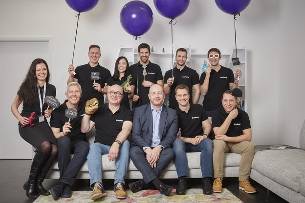 Toute l'équipe luxembourgeoise autour de Fabrice Croiseaux (membre du board, en costume) avec le CEO Luc Falempin, à sa gauche. (Photo: Tokeny / ericdevillet.com)