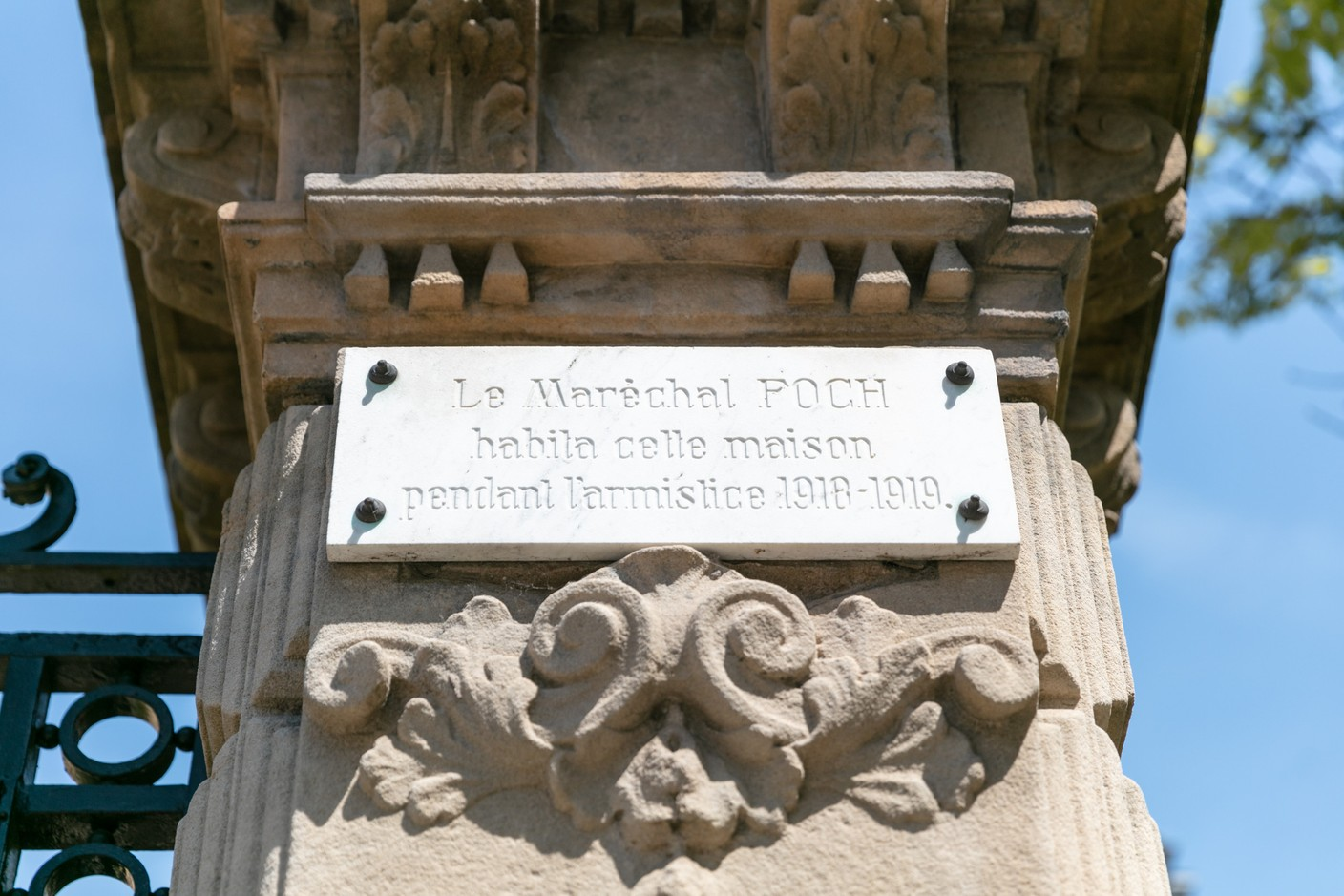 The plaque near the gate referencing Marshall Foch Romain Gamba/Maison Moderne