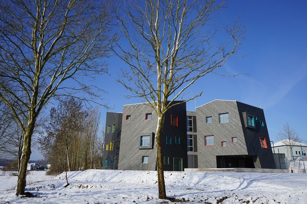 L'extension ne reprend pas la linéarité du bâtiment existant, mais joue au contraire avec des lignes brisées et des angles.                              (Photo: Decker, Lammar et Associés)