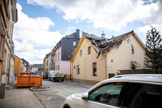 L'objectif principal ce lundi reste le bâchage et la fermeture des toitures endommagées. Meteolux a en effet placé le Luxembourg en vigilance jaune pour une alerte aux orages avec de potentielles fortes rafales de vent cet après-midi et dans la soirée.  (Photo: Mélanie Markovic / La Meuse Luxembourg)