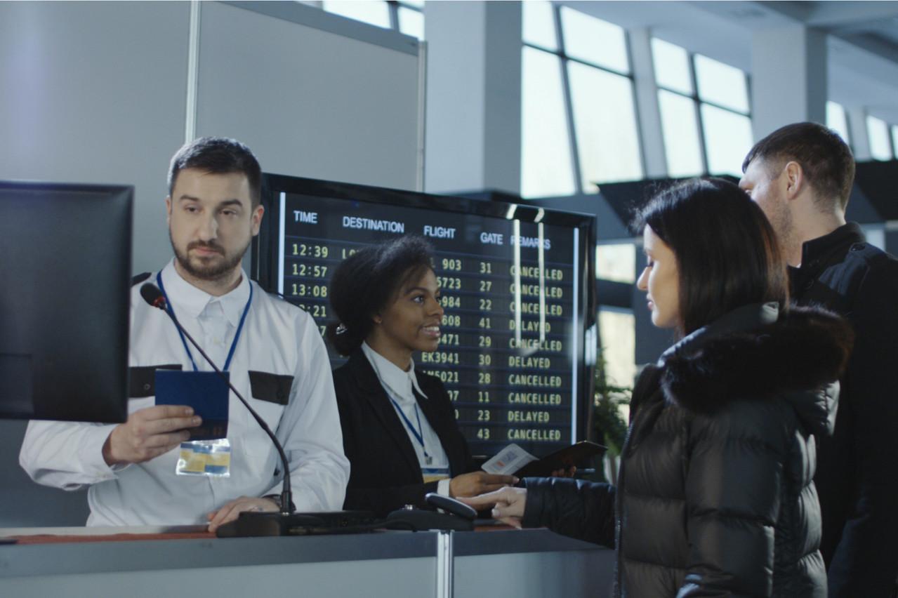 À l'instant où le passeport biométrique est scanné, comme ici dans un aéroport, des hackers peuvent localiser une personne, mais pas accéder aux données mêmes du passeport. Un problème mondial, selon les quatre chercheurs de l'Université du Luxembourg. (Photo d'illustration: Shutterstock)