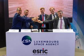 AlainWagner et AndreasHammer (tous les deux d'Airbus Defence and Space) ont signé un accord de coopération avec l'Esric, dirigé par MathiasLink (à droite), et le List et son CEO, ThomasKallstenius, en présence du ministre de l'Économie, FranzFayot. (Photo: SIP/EmmanuelClaude)