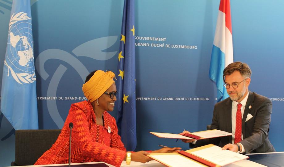 Winnie Byanyima, UNAIDS executive director, and Franz Fayot exchange copies of the strategic partnership framework   MAEE