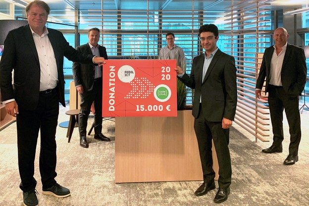 GérardHoffmann et la Fedil-ICT ont fait don de 15.000 euros prélevés sur le solde de liquidation à ClaudioMourato et au Code Club Luxembourg, une association œuvrant pour la promotion de l'ICT auprès des jeunes. (Photo: Fedil)