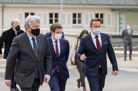 Thierry Breton, commissaire européen au Marché intérieur, et Clément Beaune, secrétaire d'État français chargé des Affaires européennes, ont été accueillis lundi 3 mai par le Premier ministre, Xavier Bettel, pour une visite de travail. (Photo: SIP/Jean-Christophe Verhaegen)