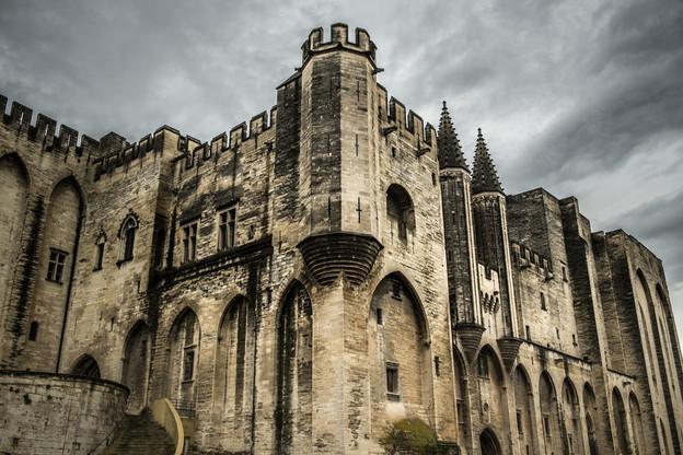 Avignon et son célèbre Palais des Papes ne vibreront pas au rythme du théâtre cette année, en juillet, en raison de la pandémie de coronavirus. (Photo: Shutterstock)