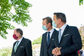 (de g. à dr.) Fernand Etgen, président de la Chambre des députés ; S.A.R. le Grand-Duc; Xavier Bettel, Premier ministre, ministre d'État (© SIP / Jean-Christophe Verhaegen, tous droits réservés)