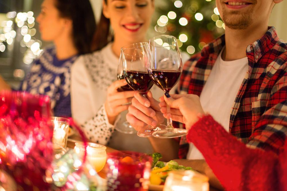 Pour les fêtes de fin d'année, le couvre-feu et la limite à deux invités du même ménage s'appliqueront aussi. (Photo: Shutterstock)