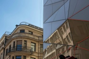 La couleur choisie pour cette façade en verre est proche de celle du grès des immeubles voisins. ((Photo: Jan Hanrion / Maison Moderne))
