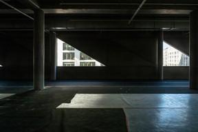 Des éléments vitrés permettent de voir vers l'extérieur. ((Photo: Jan Hanrion / Maison Moderne))