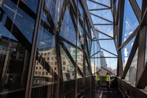 Le coin entièrement vitré offre une vue nouvelle sur la ville. ((Photo: Jan Hanrion / Maison Moderne))