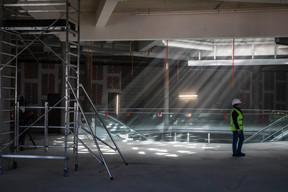 Une verrière apporte de la lumière naturelle au cœur de l'immeuble. ((Photo: Jan Hanrion / Maison Moderne))