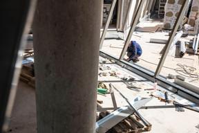 Les ouvriers travaillent encore pour finaliser le bâtiment. ((Photo: Jan Hanrion / Maison Moderne))