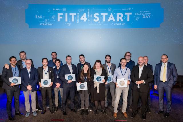 Le ministre de l'Économie, Étienne Schneider, entouré des diplômés de la septième promotion de Fit4Start. (Photo: Marie de Decker)