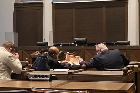 À quelques minutes de son audition, Flavio Becca discute avec son avocat, Hervé Temime, de la photo de son coffre-fort dans lequel les policiers ont retrouvé les montres. (Photo: Paperjam)