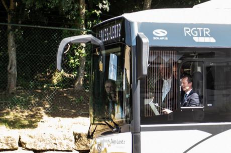 Durant sa visite au siège de Sales-Lentz à Bascharage, S.A.R. le Grand-Duc Henri a pu conduire un bus électrique. (Photo: Anthony Dehez)