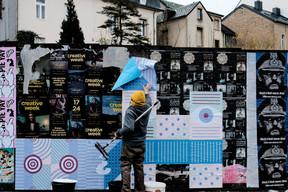 Les affiches sont collées sur les palissades de chantier. ((Photo: Cercle Cité-Iyoshi Kreutz))