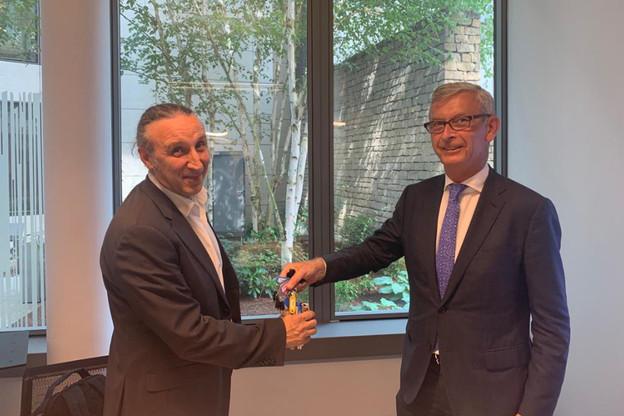 Paul Muyldermans (directeur technique Codic Luxembourg) remet les clés à Joaquim Gonzalez, responsable Architecture Projets - Groupe Fnac. (Photo: Codic)