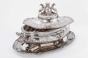 Cette grande soupière en argent massif par GustaveOdiot(Paris, 1880 – L: 54cm – poids: 8.306g) est proposée sur le stand de Rosat Antiques Fine Silver – Parispour48.000€. ((Photo: Antiques & Art Fair Luxembourg))