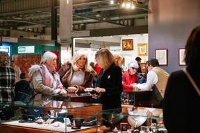 Des bijoux anciens sont également proposés à la vente pendant la foire. ((Photo: Marie De Decker))