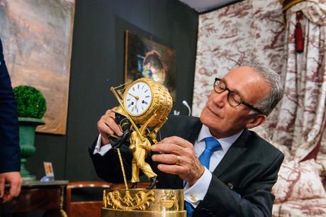 Un expert examine une horloge ancienne. (Photo: Marie De Decker)
