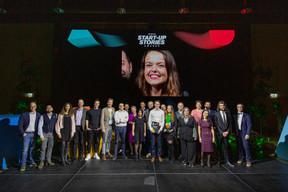 La «photo de famille» regroupant les 11 start-up présentes durant la soirée aux côtés du jury et des partenaires. (Jan Hanrion / Patricia Pitsch)