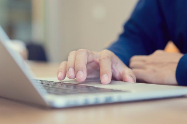 Les personnes testées positives au Covid-19 et les personnes ayant eu un contact étroit avec une personne testée positive peuvent désormais remplir un formulaire de déclaration en ligne sur le site de l'Inspection sanitaire. (Photo: Shutterstock)