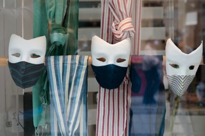 Le port du masque reste obligatoire lors de rassemblements en extérieur, mais aussi en intérieur, a insisté l'exécutif français. (Photo: Matic Zorman/Maison Moderne)