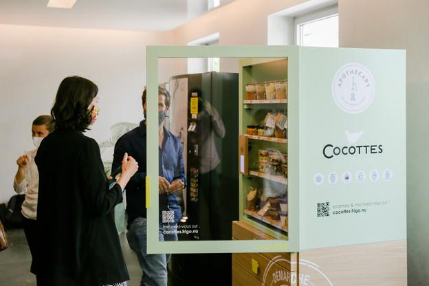 JerryWagner (Apothecary) et l'équipe de Cocottes présentaient, mardi 21 juillet, leur nouvelle offre commune de distributeurs intelligents pour les sociétés. (Photo: Romain Gamba / Maison Moderne)