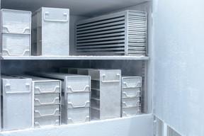 Un réfrigérateur peut contenir de 50.000 à 300.000 doses de vaccin. ((Photo: Matic Zorman / Maison Moderne))