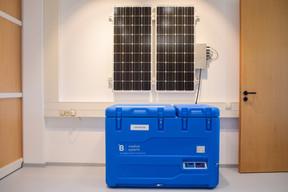 Des réfrigérateurs dotés de panneaux photovoltaïques sont distribués dans les zones les plus reculées du globe. ((Photo: Matic Zorman / Maison Moderne))