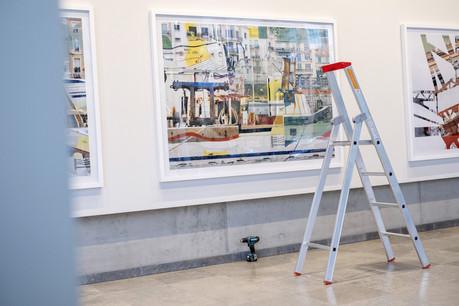Pendant le montage de l'exposition de Stéphane Couturier à la Arendt House. (Photo: Eric Chenal)