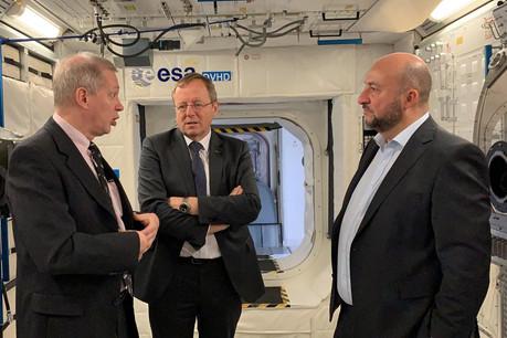 Étienne Schneider a rencontré le directeur de l'ESA, Johann-Dietrich Wörner (au centre), et a été guidé par Frank De Winne, ancien spationaute belge. (Photo: Maison Moderne)