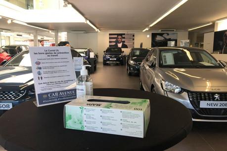 Dans le showroom Peugeot de Car Avenue à Strassen, gants et gel sont à disposition des clients, qui se font encore rares. (Photo: Paperjam)