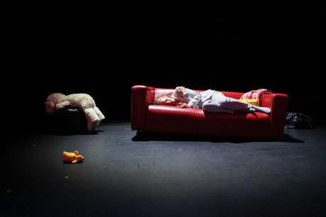 Seule en scène, JeanneWerner conte sa descente aux enfers dans la pièce «Girls & Boys» de l'auteur britannique DennisKelly, mise en scène par MarionPoppenborg. (Photo: Boshua)