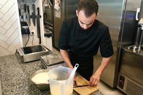 Thomas Menweg découpe soigneusement les gousses de vanille utilisées pour confectionner sa glace. ((Photo: Maison Moderne))