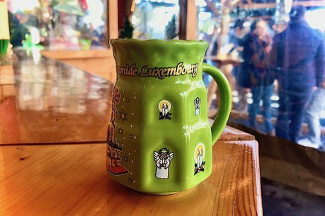 Sur le marché de Noël, les mugs de chaque stand sont aussi incontournables que le vin chaud qu'ils contiennent! (Photo: Maison Moderne)