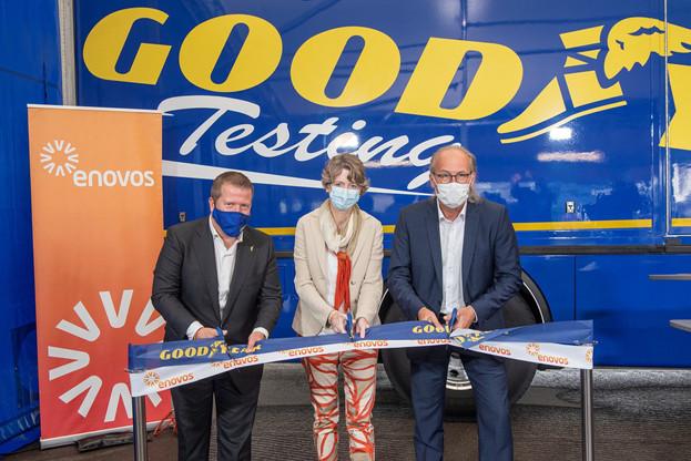 Goodyear (représentée à gauche par XavierFraipont) s'est associée à Enovos (représentée au centre par AnoukHilger) pour le développement du carport solaire. (Photo: Goodyear)